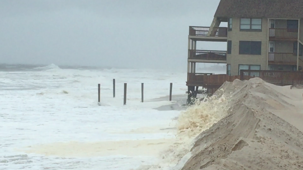 Waves threaten a building in Ortley Beach, N.J. Oct. 2, 2015 (Photo: Daniel Nee)
