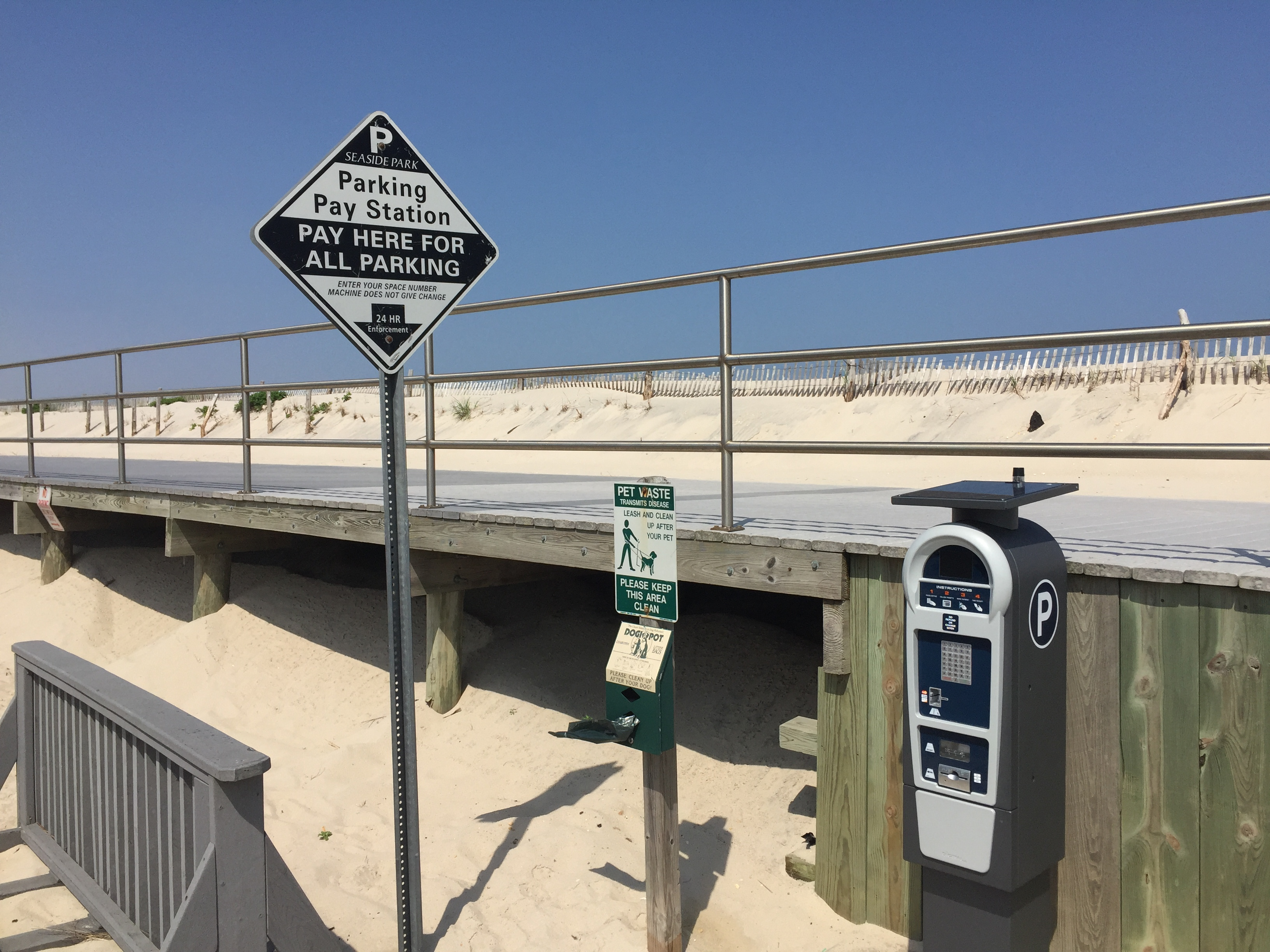 New parking kiosks along Ocean Avenue in Seaside Park. (Photo: Daniel Nee)